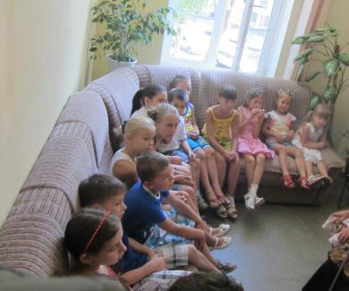 Дети сидят в кабинете Наталии Дороховой