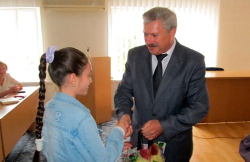 Олександр Грицаєнко вручає набір канцтоварів