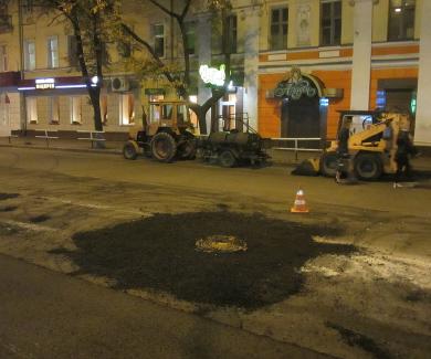 Рабочие ремонтируют улицу Ленина