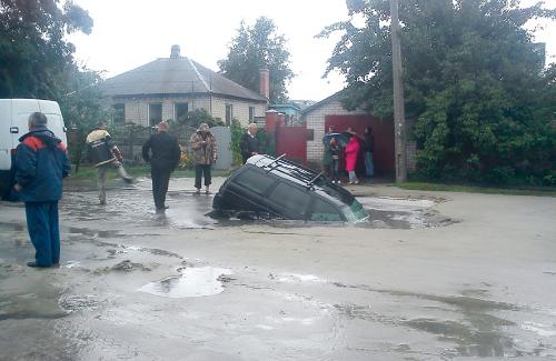 В Кременчуке автомобиль провалился под асфальт