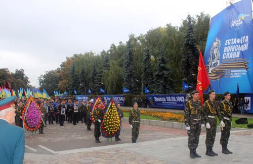 Прапор естафети воїнської слави біля Вічного вогню