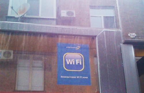 Табличка указывающая на наличие в троллейбусе Wi-Fi