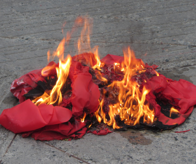 Спалений комуністичний прапор