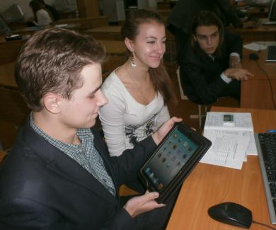 Учні працюють за комп'ютером
