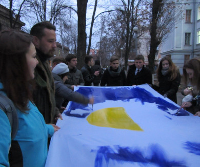 Студенти ПНПУ малюють прапор