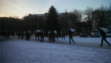 Протестуючі укріплюють барикади