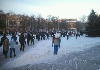Полтавці носять мішки зі снігом для барикадування обласної ради