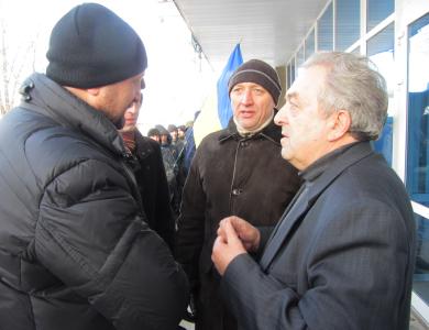Валерій Головко та Петро Ворона домовляються із гендиректором ОДТРК «Лтава» Миколою Ляпаненком
