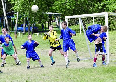Наши дети играют в футбол на «картофельных» полях