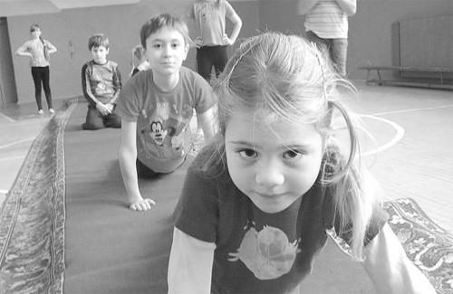Вихованці циркової студії Ольга Дмитракова та Євген Арзуханов виконують вправу «Ящірка»