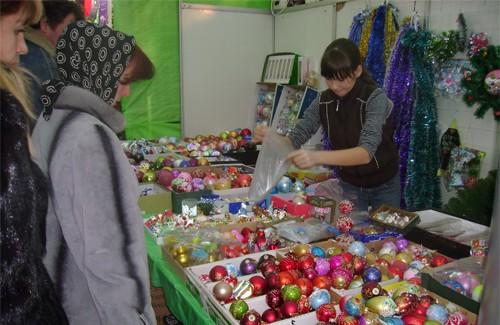 Торговля новогодними сувенирами в разгаре