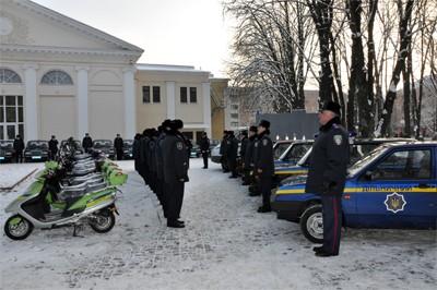 На площі біля будинку культури на своїх власників у погонах чекали 25 новеньких автівок та 20 скутерів