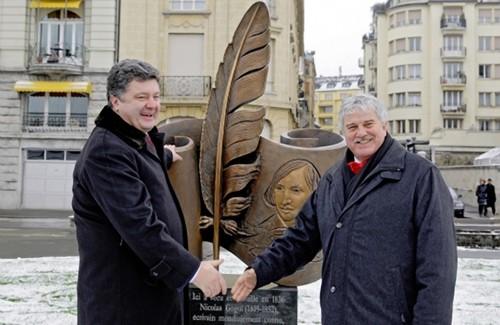 Петр Порошенко и мер города Веве на открытии памятника Николаю Гоголю