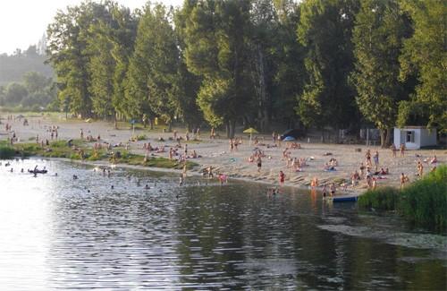 Люди купаються хоча це небезпечно