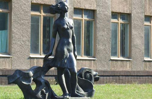 Пам'ятник біля кременчуцького університету