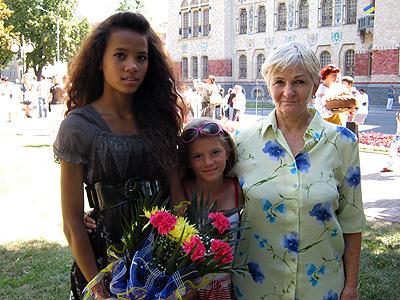 Елелін-Анна з сестрою і бабусею