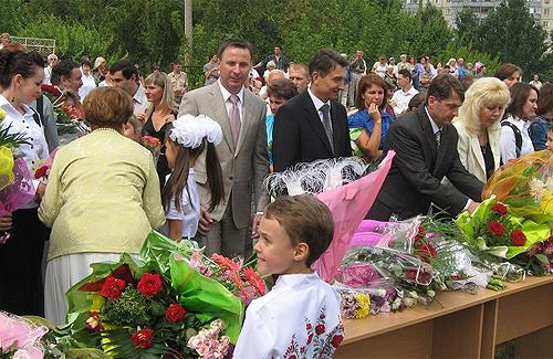 Мера Полтави завалили квітами вдячні учні