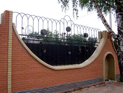 У Лубнах невідомі особи нищать паркан навколо школи № 3