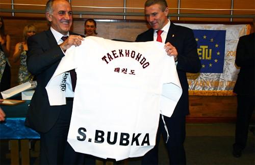 Сергію Бубці подарували іменний костюм добок (костюм для занять тхеквондо)