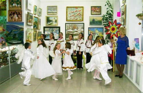 Виступ творчого колективу Студії Наталії Май на відкритті виставки «Різдвяний салон»