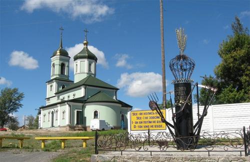 Чергова церква Московського патріархату і єдиний в Україні пам'ятник Селянину