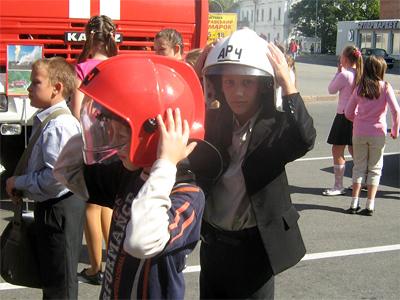 П'ятикласник Максим Лук'янець міряє шолом рятувальника