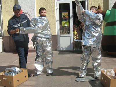 Бажаючим випробувати свої сили рятувальники пропонували одягати теплозахисні костюми