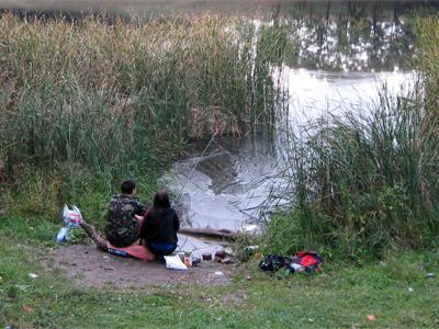 На каждом шагу — рыбаки, которые пытаются что-то поймать в мутной воде