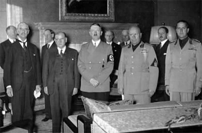Во время подписания Мюнхенского соглашения. Слева направо: Чемберлен, Даладье, Гитлер, Муссолини и Чиано