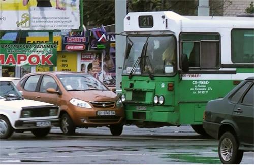В Полтаве «кольцевой» автобус протаранил иномарку