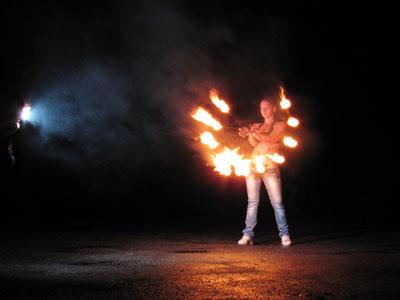 Дівчина і вогонь - що може бути небезпечніше? :)