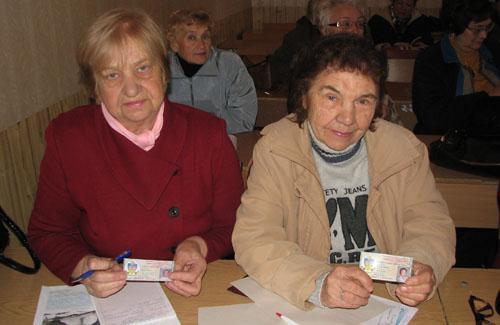 Немолодые студентки Галина Яценко и Нина Бабенко с гордостью показывают свои студенческие билеты