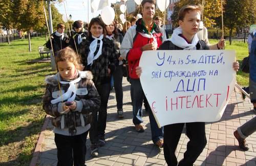 Шествие в поддержку детей-аутистов в Полтаве