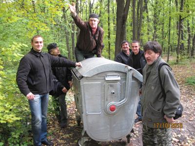 Студенти Полтавського інституту економіки і права допомогли поставити контейнер на місце