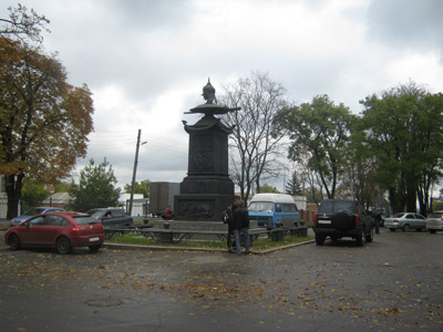 Памятник в центре Полтавы превращен в автостоянку
