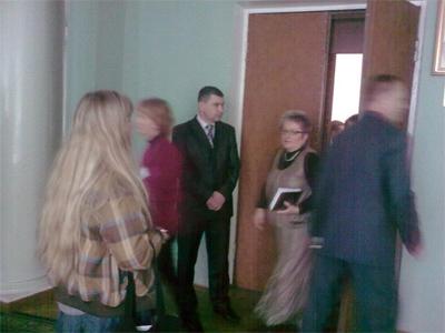 Журналіст дочекалася закінчення сесії під дверима зали