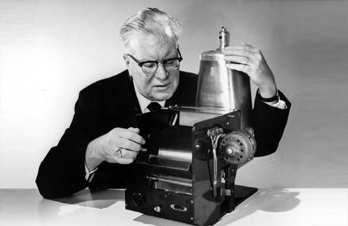 Честер Карлсон со своим изобретением