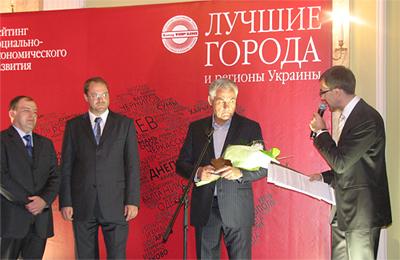 Александр Кузьминский в момент вручения награды