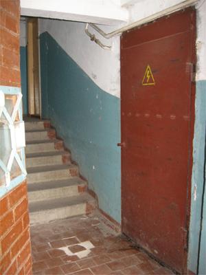 У під'їзді видно, що з-під дверей електрощитової точиться вода