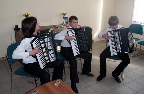 Учні першої музичної школи Ігор Плюшко, Роман Кизименко та її випускник Владислав Левицький
