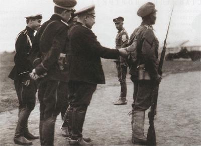 Май-Маевский проверяет снаряжение ударника