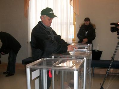 Сотый голосующий на избирательном участке №8 (в ОЦЭВУМ)