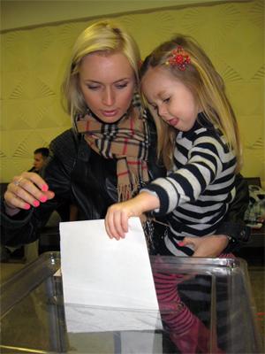 Дочь Наташа и внучка София голосуют за папу и дедушку