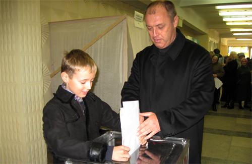 Александр Мамай с сыном Сергеем проголосовали за будущее европейской Полтавы
