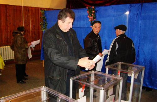 Олександр Удовіченко перед голосуванням 30 хвилин відстояв у черзі