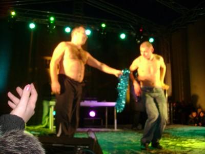 Двое финалистов все же решили раздеться до пояса