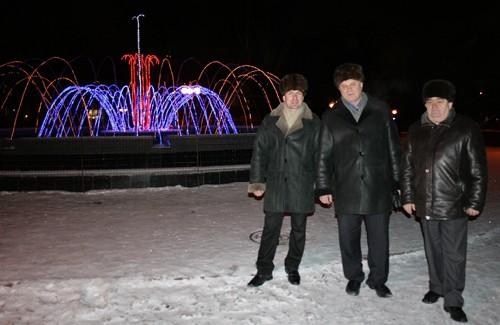 Николай Надточий, Валерий Ченчевой, Анатолий Сердюк возле созданного ими фонтана