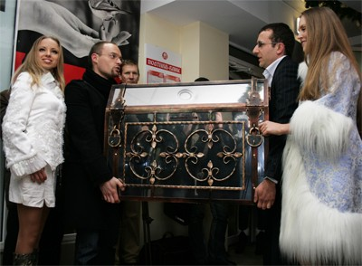 Олег Дейнека та Антон Петько несуть скриню зі скарбом Мазепи