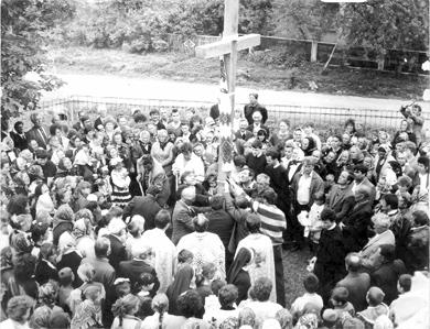 Встановлення хреста на символічній могилі вояків ОУН-УПА