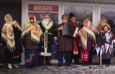 Пенсионеры пели колядки прямо на входе в магазин